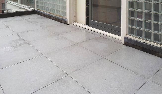 Dakterras met grootformaat 90x90 tegels in breda for Tegels voor dakterras