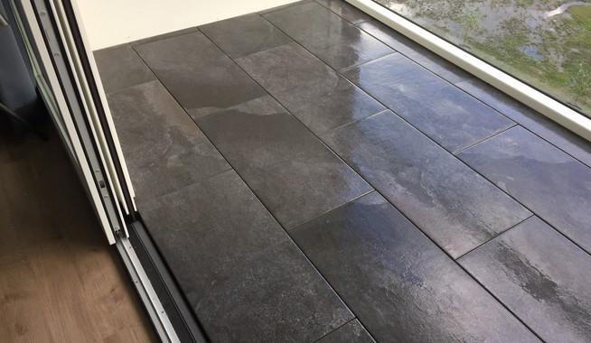 Nieuwe balkonvloer met 40x80cm keramiek tegels for Tegels voor dakterras